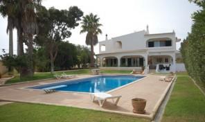 Villa V4 avec grand garage et terrain proche plage à Lagoa
