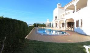 Villa V6 avec grand terrain, tennis et garage à Albufeira