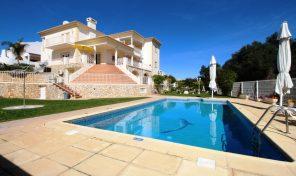 Villa V7 divisée en appartements à Albufeira