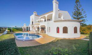 Villa V6 à 800 mètres plage Coelha à Albufeira