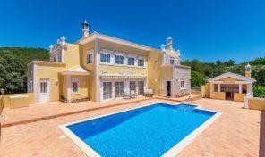 Villa V4 avec grand terrain et garage à Loulé