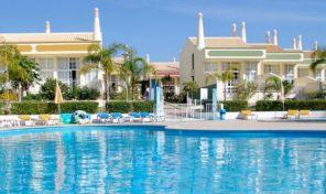 Maison jumelée T2+1 dans complexe touristique proche plage à Albufeira