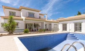 Villa V6 dans urbanisation avec garage à Albufeira