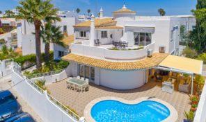 Villa V5+2 avec garage et vue mer à Albufeira