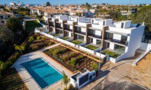 Villas jumelées neuves T2 et T2+1 dans village proche plage en Algarve