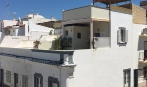 Maison de ville rénovée T1 avec terrasses à Olhão