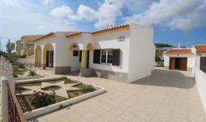 Maison avec annexe et garage à moderniser à Sagres