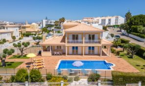 Villa V4 avec garage et piscine chauffée à S. Rafael en Algarve