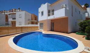 Maison V3 avec garage dans urbanisation calme à Albufeira